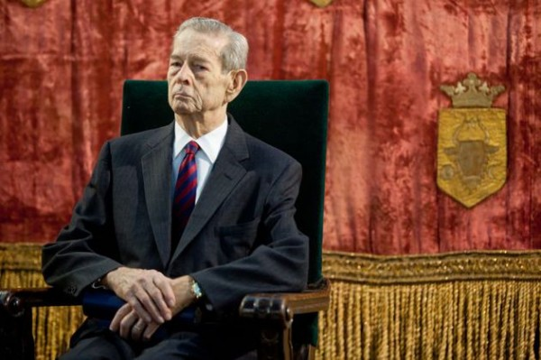 Regel Mihai I asteapta inceperea ceremoniei in care va decora o serie de personalitati din Romania si din Europa, in Sala Regilor a Palatului Elisabeta, miercuri, 24 octombrie 2012. MARIUS DUMBRAVEANU / MEDIAFAX FOTO
