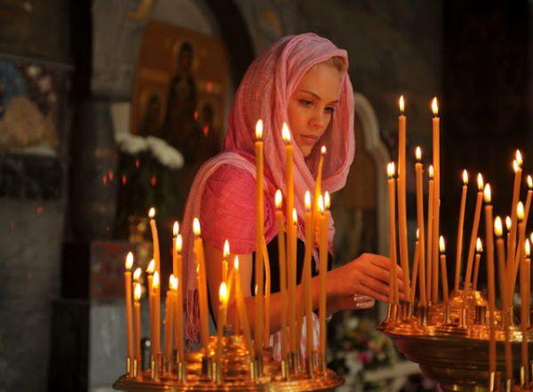 femeie la biserica